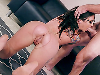 Babe with glasses Felicity Feline having her feet and pussy sucked