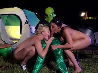 Hot College Girls Fucked by Alien Outside Area 51 - AmateurBoxxx