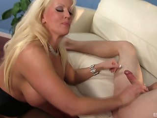 Going down on the dick is what this curvy blonde is really good at