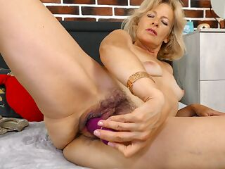 Diana Gold puts her sex toy to action and cums insanely hard
